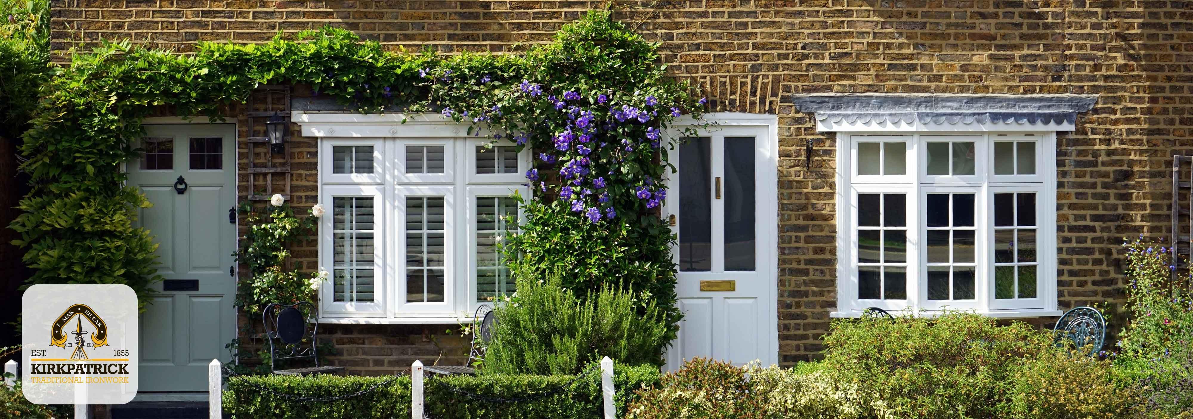Engelse cottages met bloemen en antiek messing deurbeslag