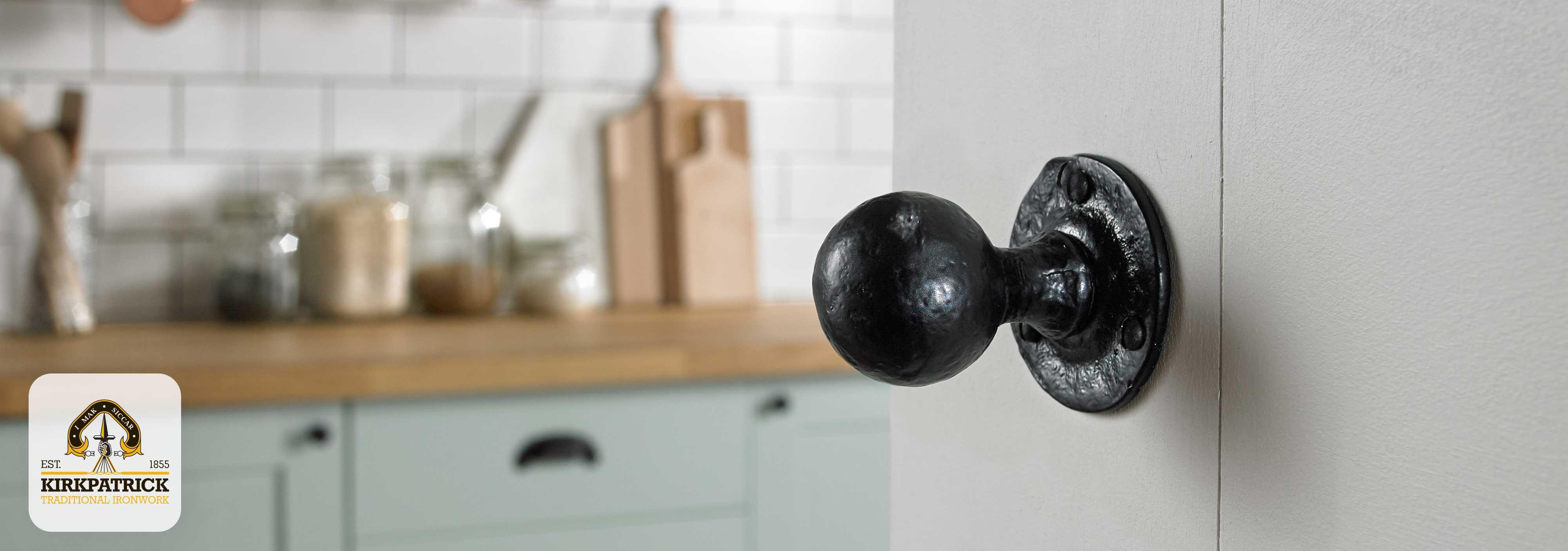 Sfeerafbeelding draaibare knop in zwart smeedijzer